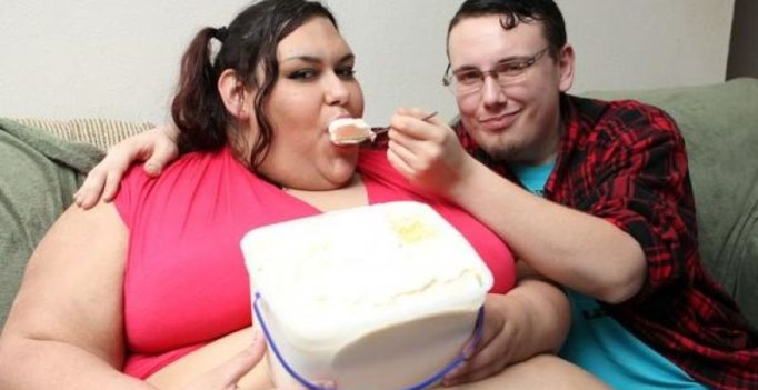 Boyfriend of 317-kg woman feeds her using a funnel to help her gain more weight