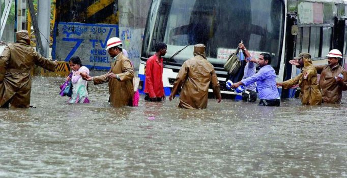 Heavy rain lashes Hyderabad; traffic comes to a standstill