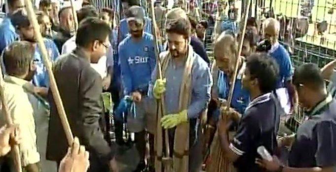 Watch: Kohli, Thakur clean Eden as part of Swachh Bharat Abhiyan