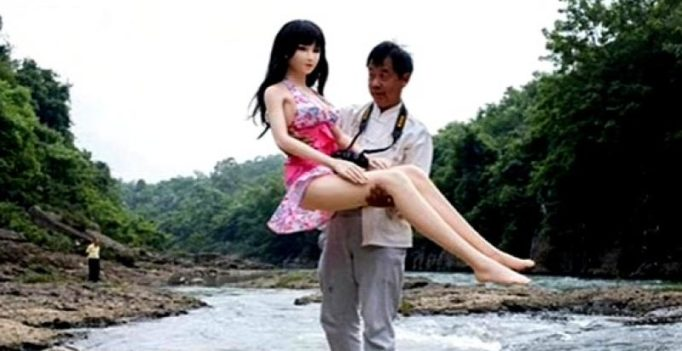 A man in China lives with 7 sex dolls, treats them as family members