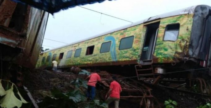 9 coaches of Nagpur-Mumbai Duronto Express derail in Maharashtra