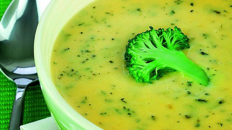суп с цветной капустой и курицей и брокколи
