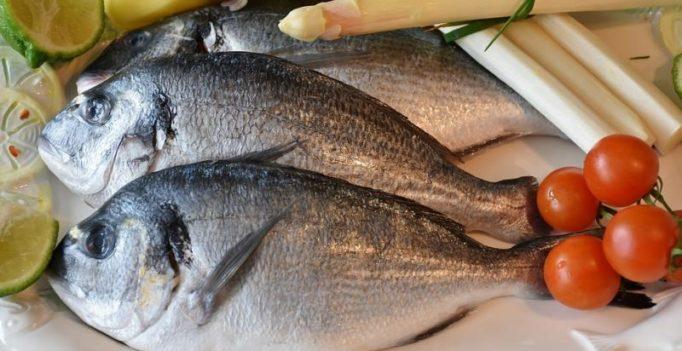 Bizarre: Woman cooks crispy fish on car hood in 40 degrees weather